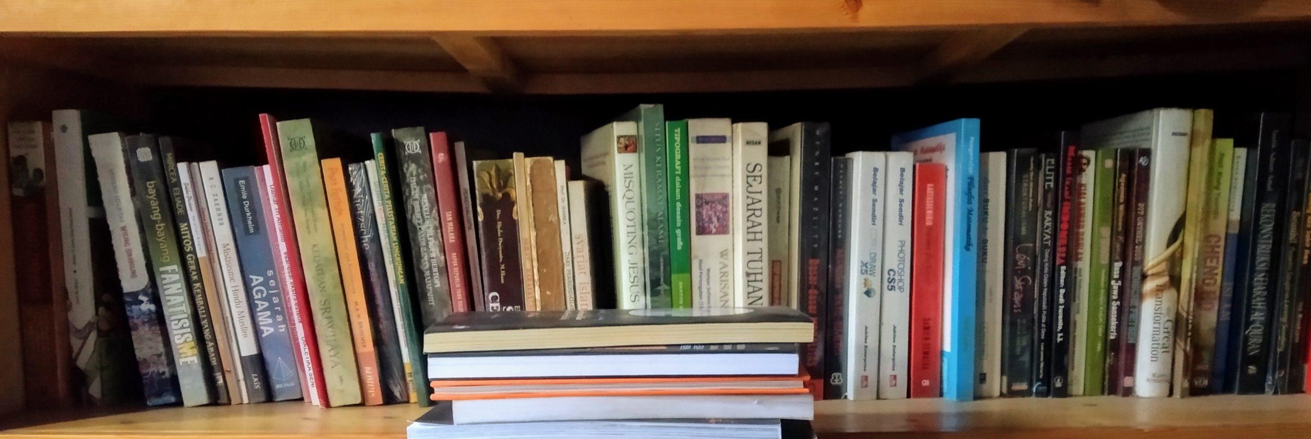 Buku-buku di rak.[Foto:NR]