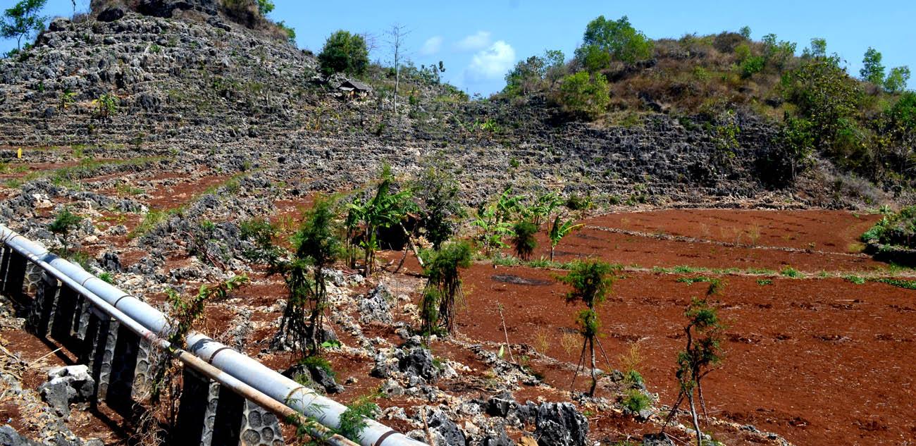 Pipa air PAM yang memanjang dari Sumber Ngobaran menuju ke Kanigoro. Menurut para warga di sana, air hujan yang ditampung PAH lebih enak dibanding air PAM karena air PAM berkapur.[Foto:NR]