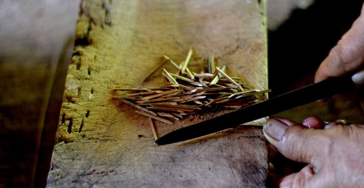 Suji: Piranti (lidi yang dilancipi) untuk Nyoblos Bungkus Daun