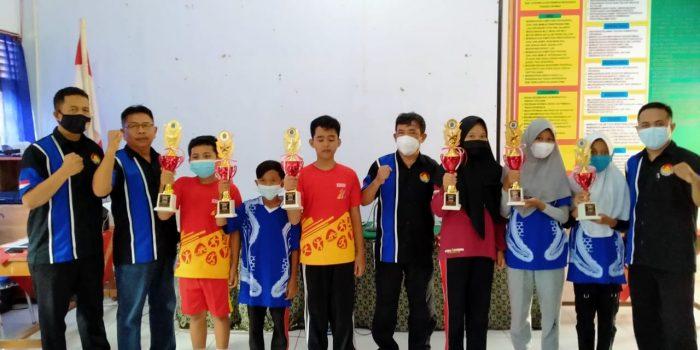 Pengurus Percasi Kabupateng Gunungkidul seragam biru) bersama para juara catur tingkat SD